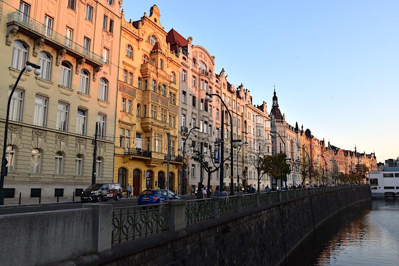 捷克 | 布拉格:日落遇見查理大橋,漫遊伏爾塔瓦河2條散步路線