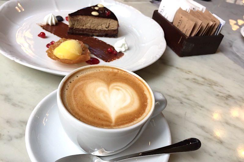匈牙利 | 布達佩斯:百年中央咖啡館,享復古典雅午茶時光