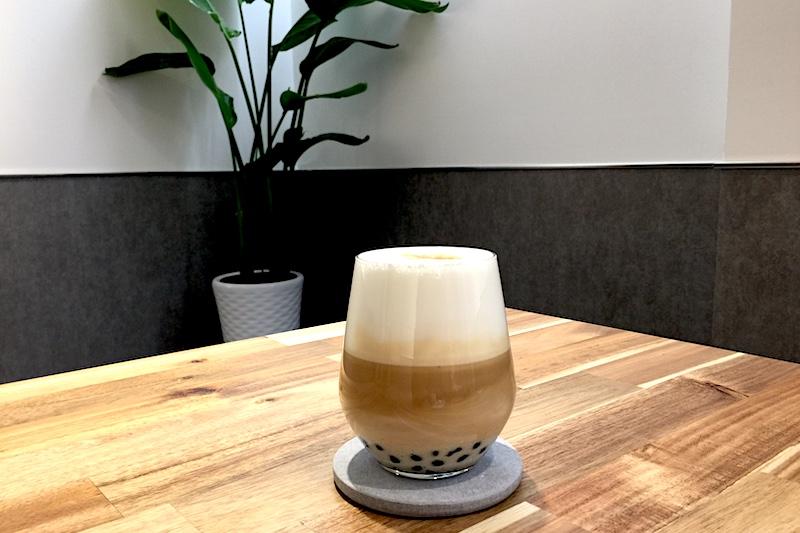 黑沃咖啡 | 黑糖黑玉拿鐵:濃郁巧克力香氣的溫潤咖啡